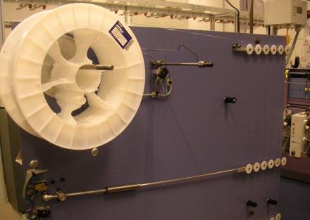 Máquina de punto modificada para incorporar fibra óptica en el tejido.