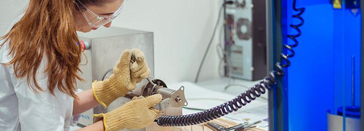 Investigadora en el laboratorio de CETIM realizando la extrusión de un polímero.