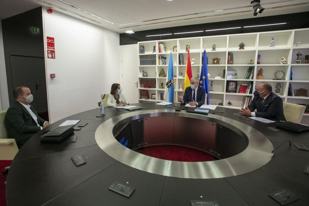 Toni Pons (izq.), director general de CETIM Centro Tecnológico, durante la reunión con el vicepresidente segundo y conselleiro de Economía, Empresa e Innovación, Francisco Conde, y la directora de la GAIN, Patricia Argerey.